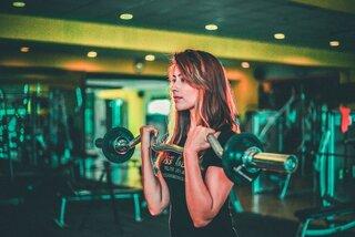 Dit zijn de 5 beste fitness isolatie oefeningen voor je bovenlichaam om te groeien! Biceps